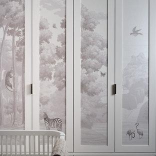 Foto de habitación de bebé niña papel pintado, actual, de tamaño medio, con paredes rosas, suelo de madera en tonos medios y papel pintado