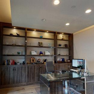 Großes Modernes Arbeitszimmer mit beiger Wandfarbe, braunem Holzboden, freistehendem Schreibtisch, braunem Boden und eingelassener Decke in Orange County