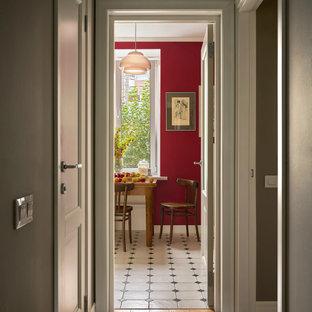 Eklektisk inredning av en liten hall, med grå väggar, mellanmörkt trägolv och brunt golv