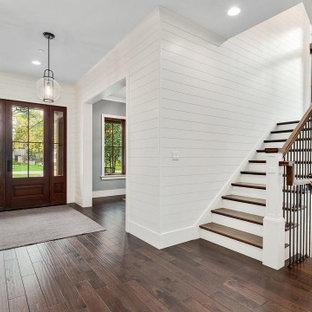 Idéer för mycket stora lantliga foajéer, med vita väggar, mellanmörkt trägolv, en enkeldörr, mellanmörk trädörr och brunt golv