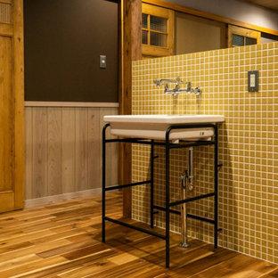 Esempio di una lavanderia multiuso minimal di medie dimensioni con nessun'anta, paraspruzzi con piastrelle a mosaico, pavimento in legno massello medio, soffitto in perlinato e carta da parati