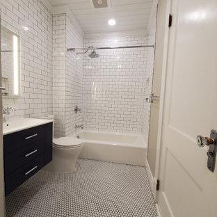 Idéer för ett litet klassiskt vit en-suite badrum, med släta luckor, blå skåp, ett badkar i en alkov, en dusch/badkar-kombination, en toalettstol med separat cisternkåpa, vit kakel, keramikplattor, grå väggar, klinkergolv i porslin, ett integrerad handfat, bänkskiva i kvarts, vitt golv och dusch med duschdraperi