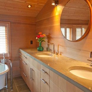 Großes Maritimes Badezimmer En Suite mit Einbauwaschbecken, flächenbündigen Schrankfronten, hellen Holzschränken, Eckbadewanne, grauen Fliesen, beiger Wandfarbe, Keramikboden und Beton-Waschbecken/Waschtisch in Boston