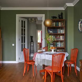 Свежая идея для дизайна: отдельная столовая среднего размера в стиле фьюжн с зелеными стенами, паркетным полом среднего тона, стандартным камином, фасадом камина из штукатурки, коричневым полом, балками на потолке и обоями на стенах - отличное фото интерьера