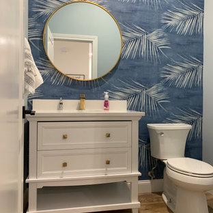 Idéer för ett stort klassiskt vit badrum med dusch, med luckor med infälld panel, vita skåp, en toalettstol med hel cisternkåpa, blå väggar, vinylgolv, ett undermonterad handfat, bänkskiva i kvarts och brunt golv