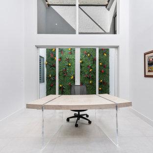 マイアミの広いコンテンポラリースタイルのおしゃれなホームオフィス・書斎 (白い壁、大理石の床、自立型机、ベージュの床) の写真