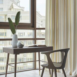 Idee per una camera matrimoniale contemporanea con pareti bianche, parquet chiaro, pavimento beige, soffitto a cassettoni e carta da parati
