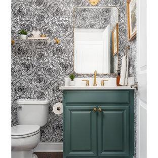 Foto di un bagno di servizio tradizionale di medie dimensioni con pareti multicolore, carta da parati, ante con bugna sagomata, ante verdi, WC a due pezzi, lavabo sottopiano, top in quarzo composito, top bianco e mobile bagno incassato