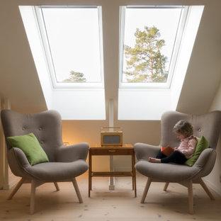 Idéer för att renovera ett litet vintage könsneutralt barnrum kombinerat med lekrum, med gröna väggar, plywoodgolv och brunt golv