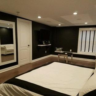 Foto di un'ampia camera matrimoniale moderna con pareti nere e pavimento in bambù