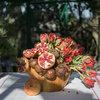 Houzz TV: Un centro de mesa con granadas y tulipanes