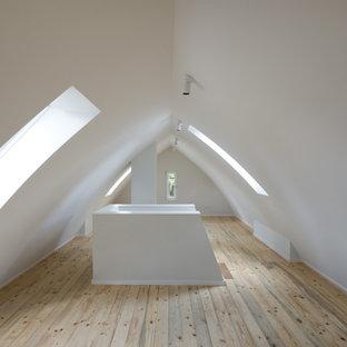 Idee per una palestra in casa classica con pareti bianche, parquet chiaro, pavimento marrone e soffitto a volta