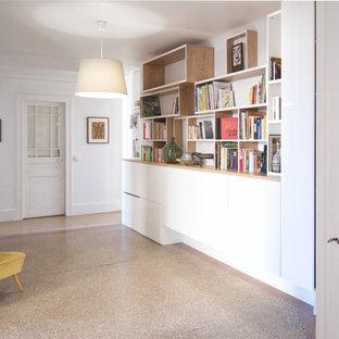 Idee per un grande corridoio minimalista con pareti bianche, pavimento alla veneziana e pavimento beige