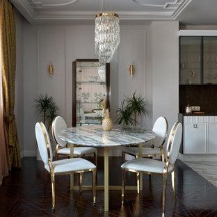 Источник вдохновения для домашнего уюта: кухня-столовая в стиле неоклассика (современная классика) с серыми стенами, коричневым полом, панелями на части стены и многоуровневым потолком без камина