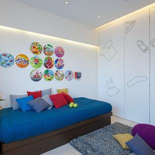 Inredning av ett modernt mycket stort könsneutralt tonårsrum kombinerat med sovrum, med vita väggar och marmorgolv