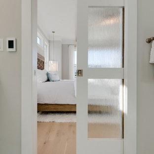 Inspiration för ett mellanstort lantligt vit vitt en-suite badrum, med skåp i shakerstil, vita skåp, en dubbeldusch, en toalettstol med separat cisternkåpa, vit kakel, marmorkakel, grå väggar, marmorgolv, ett undermonterad handfat, bänkskiva i kvarts, vitt golv och dusch med gångjärnsdörr