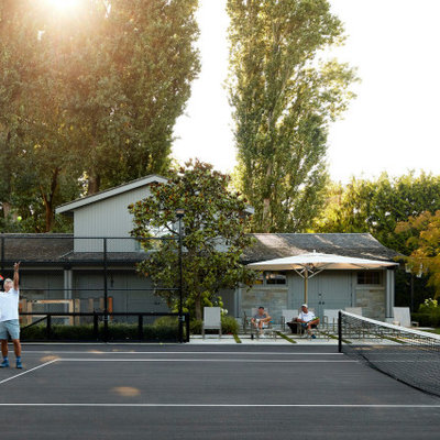 Design ideas for a mid-century modern landscaping in Vancouver.