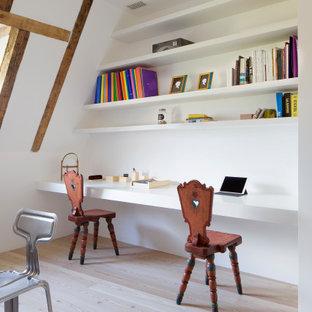 Großes Modernes Arbeitszimmer mit Einbau-Schreibtisch, freigelegten Dachbalken und hellem Holzboden in Sonstige