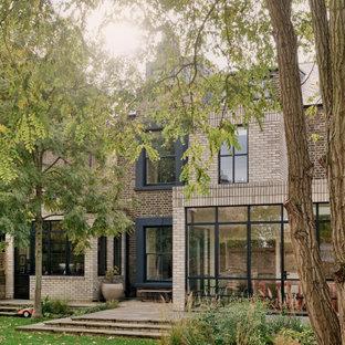 Источник вдохновения для домашнего уюта: большой, трехэтажный, кирпичный дуплекс в стиле кантри с двускатной крышей, черепичной крышей и серой крышей