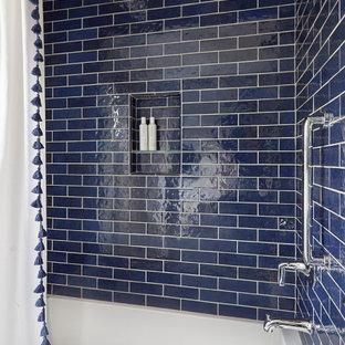 Inspiration för mellanstora klassiska vitt badrum för barn, med luckor med infälld panel, blå skåp, ett badkar i en alkov, en dusch/badkar-kombination, en toalettstol med hel cisternkåpa, blå kakel, tunnelbanekakel, grå väggar, mosaikgolv, ett undermonterad handfat, bänkskiva i kvartsit, vitt golv och dusch med duschdraperi