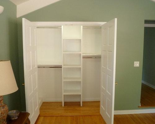 Kleines Ankleidezimmer mit hellem Holzboden - Ideen für den ...