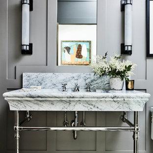 Пример оригинального дизайна: туалет в стиле рустика с серыми стенами, мраморным полом, раковиной с пьедесталом, мраморной столешницей, напольной тумбой и панелями на части стены