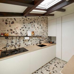Idee per una cucina design con lavello sottopiano, ante lisce, ante bianche, paraspruzzi multicolore, pavimento alla veneziana, pavimento multicolore, top beige, travi a vista e soffitto a volta