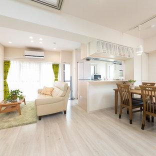 東京23区のコンテンポラリースタイルのおしゃれなリビング (白い壁、塗装フローリング、壁掛け型テレビ、グレーの床) の写真