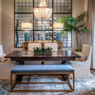 Idee per una sala da pranzo classica chiusa e di medie dimensioni con pareti beige, parquet scuro e pavimento marrone