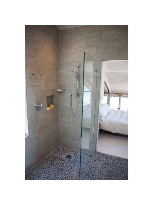 Salle de bain avec un sol en galet et une douche l - Taille douche a l italienne ...