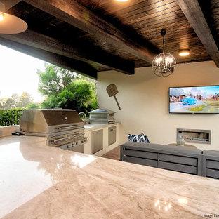 Idee per un piccolo patio o portico eclettico dietro casa con pavimentazioni in mattoni e un gazebo o capanno