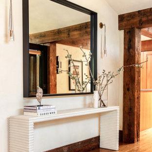 Idéer för en stor modern foajé, med vita väggar och ljust trägolv