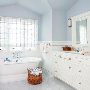 Inspiration för ett stort vintage vit vitt en-suite badrum, med skåp i shakerstil, vita skåp, ett fristående badkar, blå kakel, tunnelbanekakel, marmorgolv, bänkskiva i kvarts och blått golv
