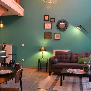 ストラスブールの小さいミッドセンチュリースタイルのおしゃれなオープンリビング (緑の壁、セラミックタイルの床、暖炉なし、テレビなし、グレーの床) の写真