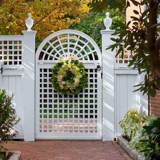 Cette photo montre un jardin arrière chic de taille moyenne avec des pavés en brique et une entrée ou une allée de jardin.