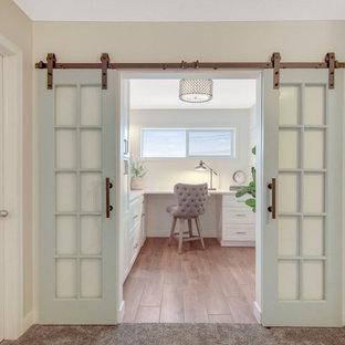 Landhaus Arbeitszimmer mit Arbeitsplatz, weißer Wandfarbe, Einbau-Schreibtisch und Holzdielenwänden in Minneapolis