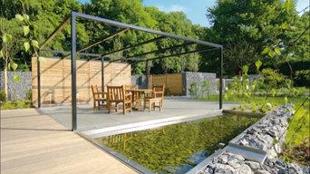 Großflächige Terrasse mit Teichanlage