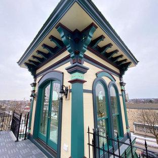 ミルウォーキーのヴィクトリアン調のおしゃれな家の外観 (レンガサイディング) の写真