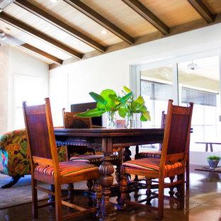 タンパの中サイズのトロピカルスタイルのおしゃれなLDK (白い壁、コンクリートの床、石材の暖炉まわり、据え置き型テレビ) の写真