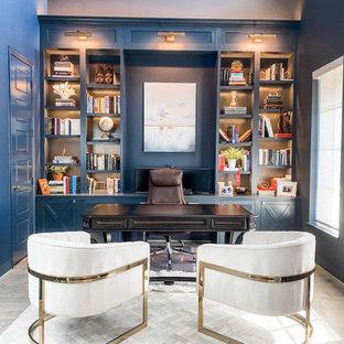 Inspiration för mellanstora klassiska hemmabibliotek, med blå väggar, mellanmörkt trägolv, ett inbyggt skrivbord och grått golv