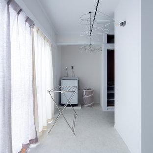 Immagine di una lavanderia industriale con nessun'anta, pareti bianche, pavimento in vinile, pavimento bianco, soffitto in carta da parati e carta da parati