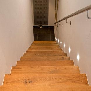 Gerade, Mittelgroße Urige Holztreppe mit Holz-Setzstufen, Stahlgeländer und Ziegelwänden in München