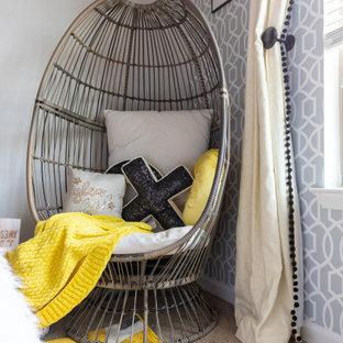 Esempio di una piccola camera da letto minimal con pareti bianche, moquette, pavimento giallo, soffitto a volta e carta da parati