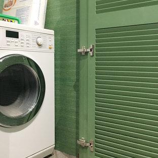 Ispirazione per un piccolo ripostiglio-lavanderia design con ante a persiana, ante verdi, pareti verdi, pavimento in gres porcellanato, lavasciuga e pavimento grigio