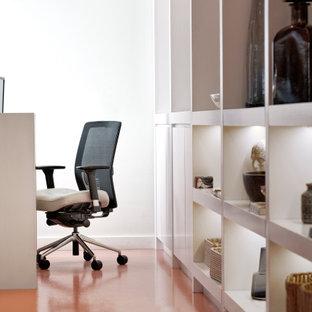 Idéer för att renovera ett mellanstort funkis hemmabibliotek, med vita väggar, linoleumgolv, ett fristående skrivbord och orange golv
