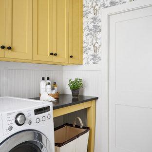 Idéer för mellanstora lantliga parallella svart tvättstugor enbart för tvätt, med skåp i shakerstil, gula skåp, bänkskiva i kvarts, beige stänkskydd, beige väggar, klinkergolv i keramik, en tvättmaskin och torktumlare bredvid varandra och vitt golv
