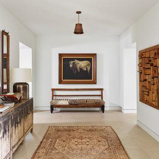 オースティンの広いラスティックスタイルのおしゃれな廊下 (白い壁、セラミックタイルの床、ベージュの床、三角天井、レンガ壁) の写真