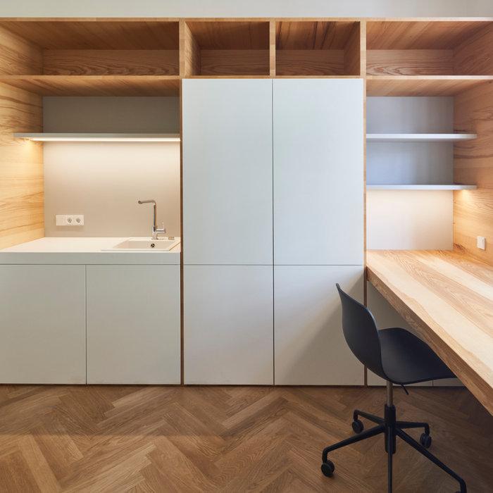 Zimmerausbau  mit Echtholz Kernesche sowie HPL Oberflächen, Schreibtisch Massivholz Kernesche , die Holzoberflächen wurden geölt