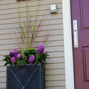 Esempio di un piccolo portico chic davanti casa con un giardino in vaso