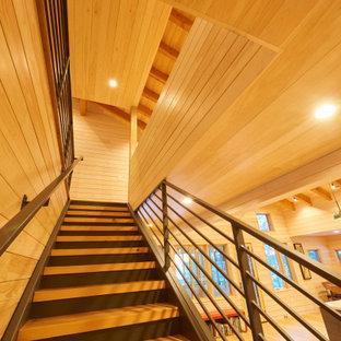 Esempio di una scala a rampa dritta moderna con pedata in legno, alzata in metallo, parapetto in metallo e pareti in legno